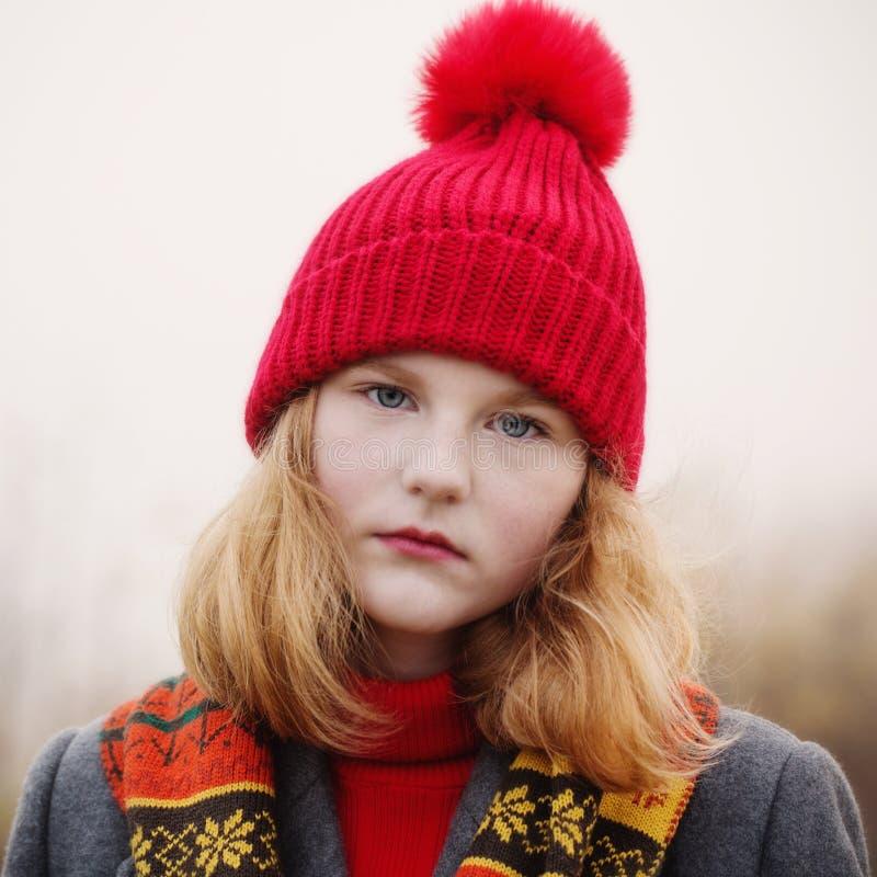 Ragazza bionda dell'adolescente nel campo di autunno fotografie stock libere da diritti