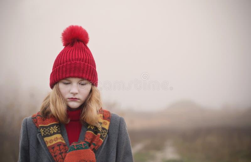 Ragazza bionda dell'adolescente nel campo di autunno fotografia stock libera da diritti