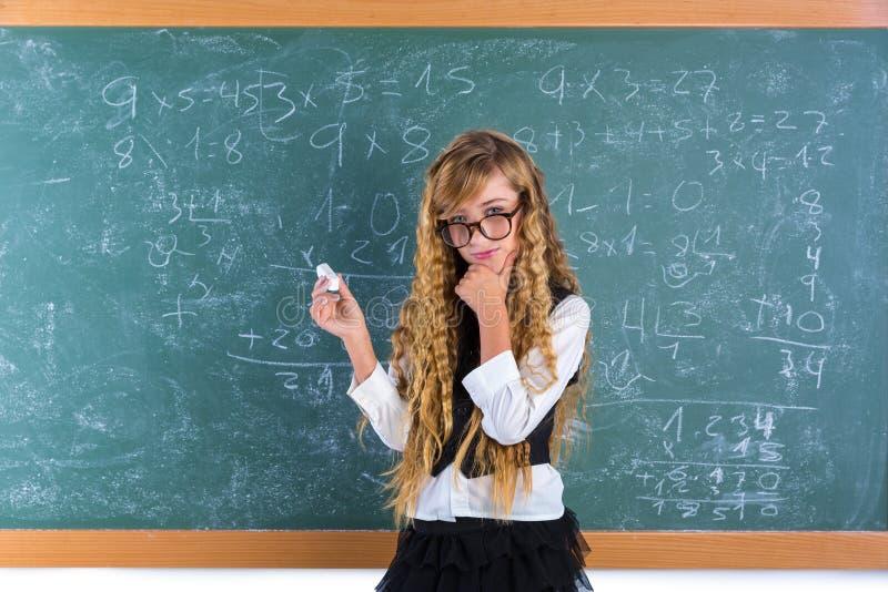 Ragazza bionda dell'allievo del nerd nella scolara verde del bordo fotografie stock