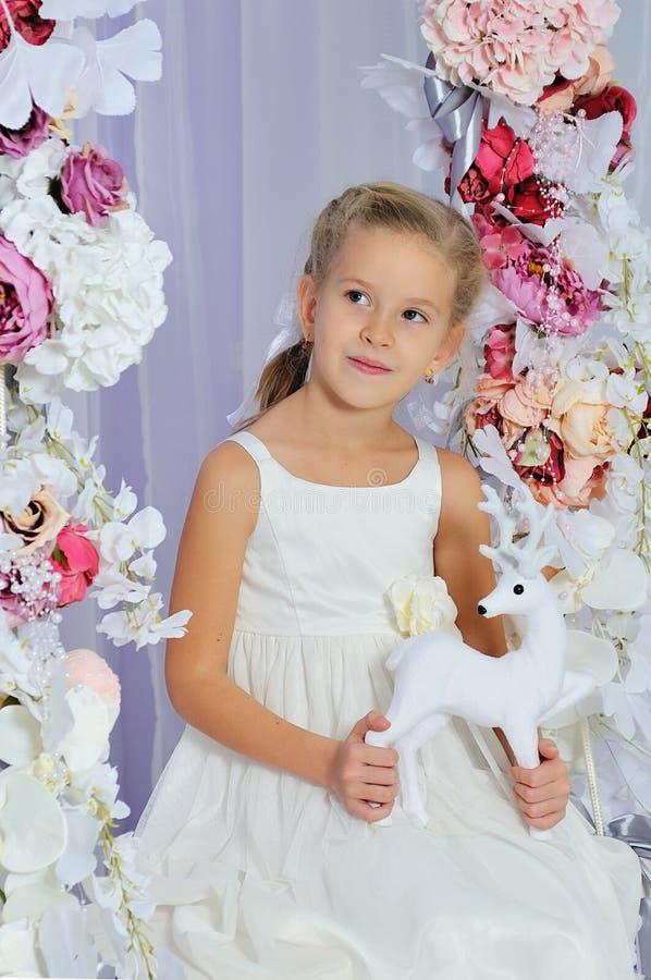 Ragazza bionda di 7 anni adorabile fotografia stock libera da diritti