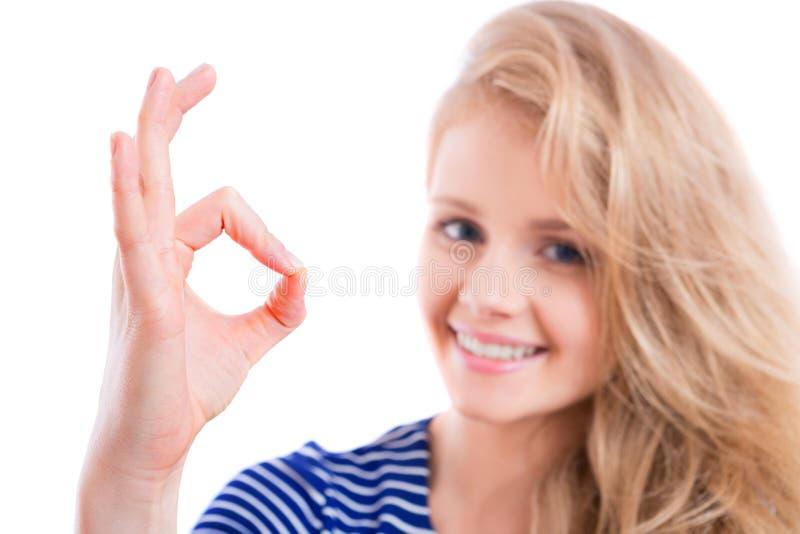 Ragazza bionda felice che mostra OKAY immagine stock libera da diritti