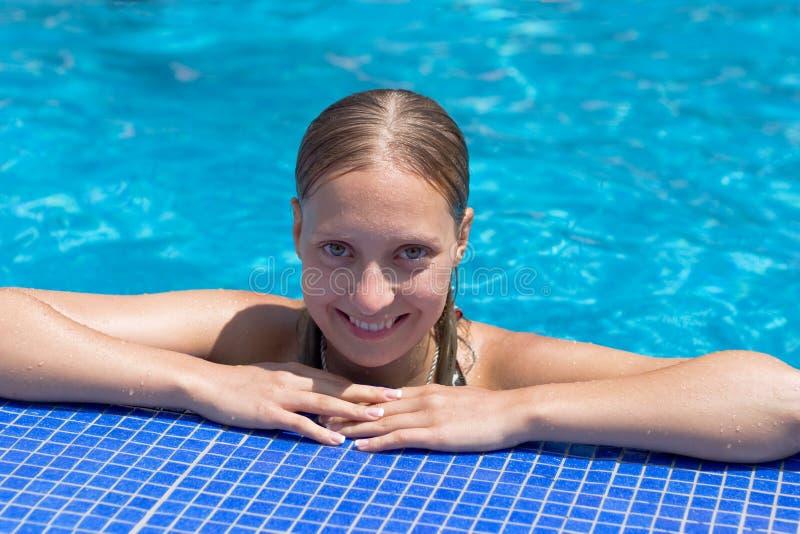 Ragazza bionda nella piscina fotografie stock libere da diritti