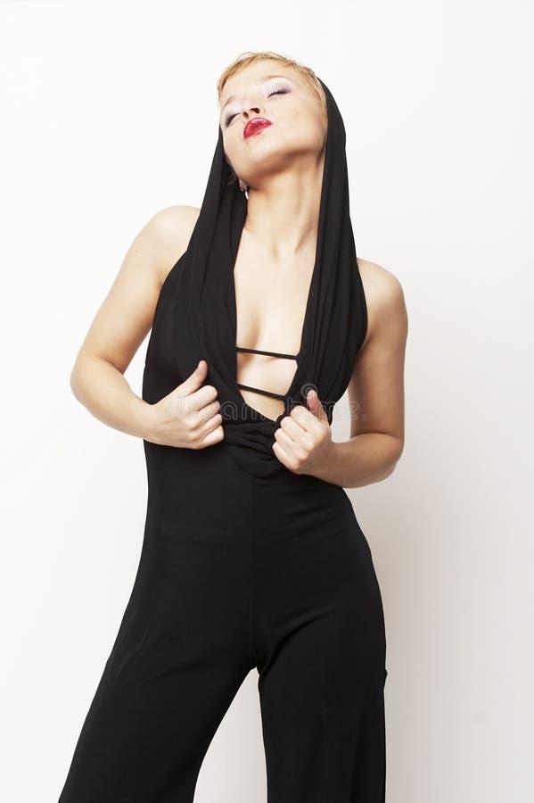 Download Ragazza Bionda Sexy Che Si Leva In Piedi Nel Nero Fotografia Stock - Immagine di biondo, vestiti: 3888182
