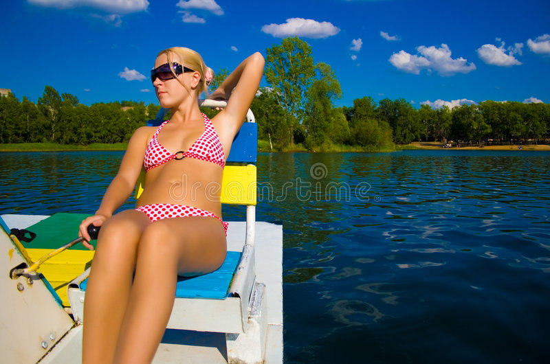 Ragazza bionda sul catamarano fotografia stock libera da diritti