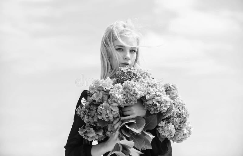 Ragazza bionda tenera tratteggia hydrangea bouquet Fioritura di primavera Allergia al polline Fiori di adore femmine Attributi pr immagini stock