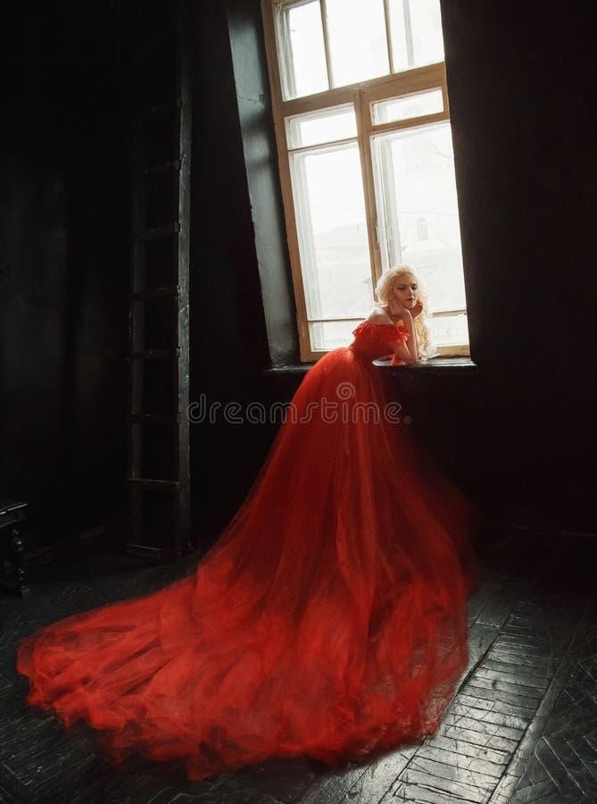 Ragazza bionda in un vestito lussuoso fotografie stock libere da diritti
