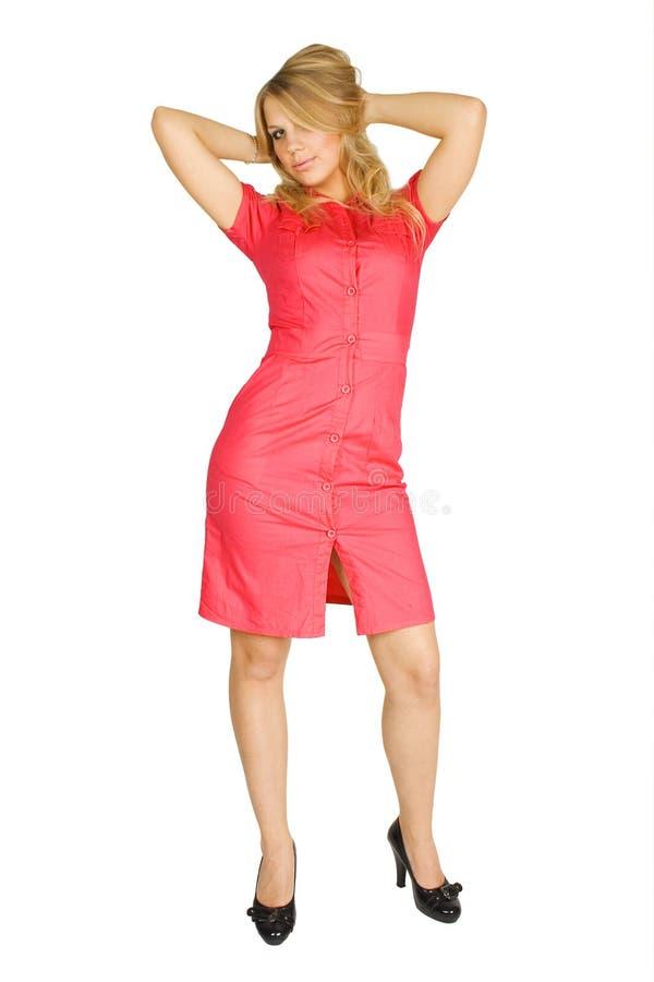 Ragazza bionda in vestito rosso e talloni neri immagine stock