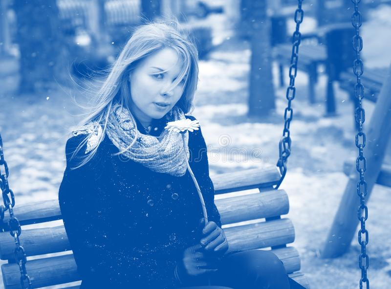 Ragazza blu di umore che posa all'aperto fotografie stock