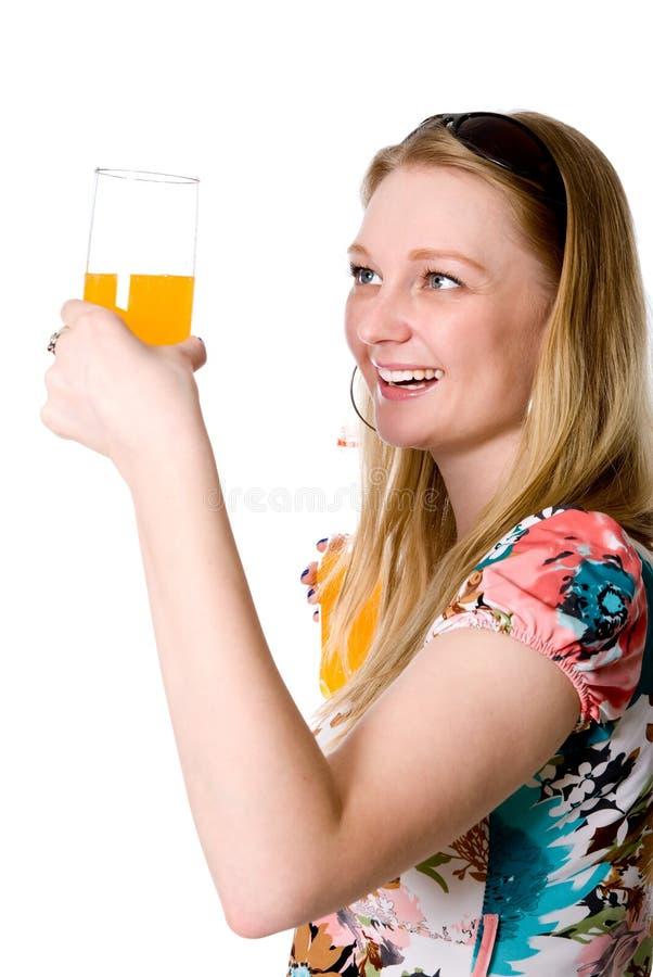 Ragazza in buona salute felice con un vetro dell'aranciata fotografia stock