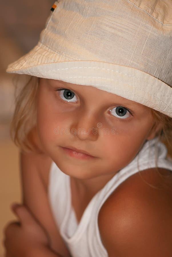 Ragazza in cappello bianco immagine stock. Immagine di ...