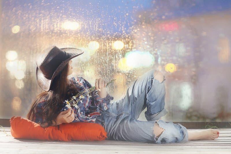 Ragazza in cappello da cowboy fotografia stock libera da diritti