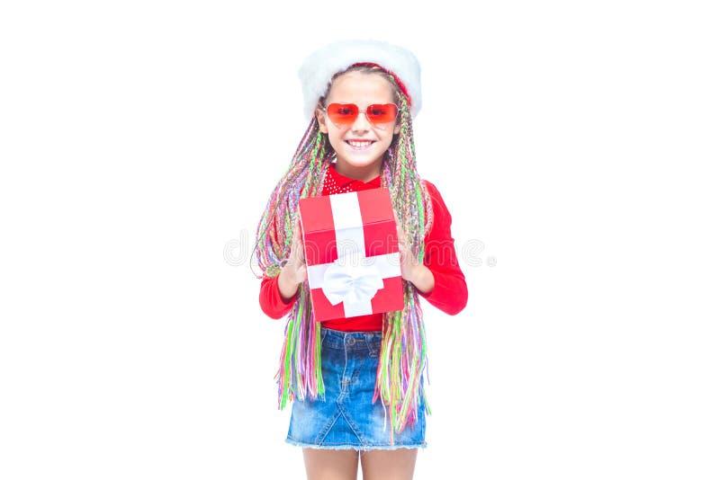 Ragazza in cappello del ` s di Santa Il ritratto di piccola scatola sveglia della tenuta della ragazza di regalo di Natale, picco fotografie stock