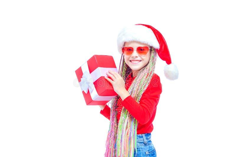 Ragazza in cappello del ` s di Santa Il ritratto di piccola scatola sveglia della tenuta della ragazza di regalo di Natale, picco immagine stock