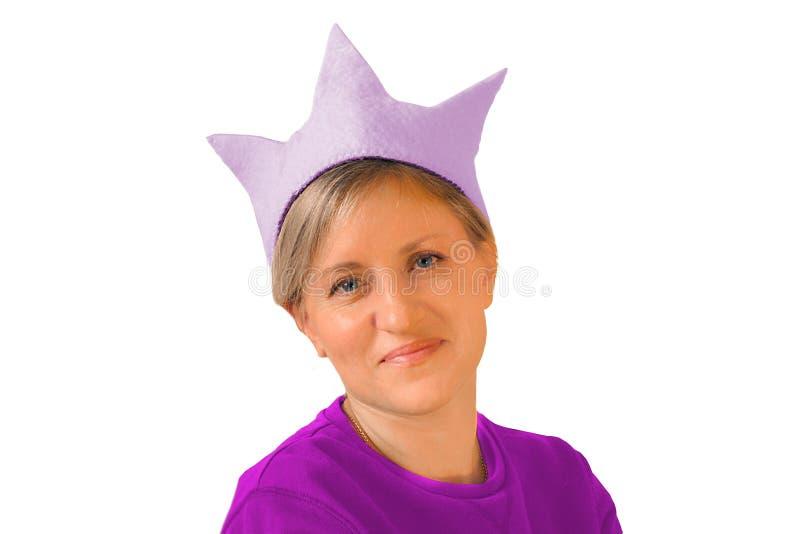 Ragazza in cappello della corona Immagine isolata di tonalità fucsia porpora su fondo bianco Ritratto della donna che esamina mac fotografie stock libere da diritti