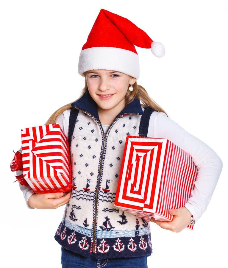Ragazza in cappello di Santa con il contenitore di regalo fotografia stock