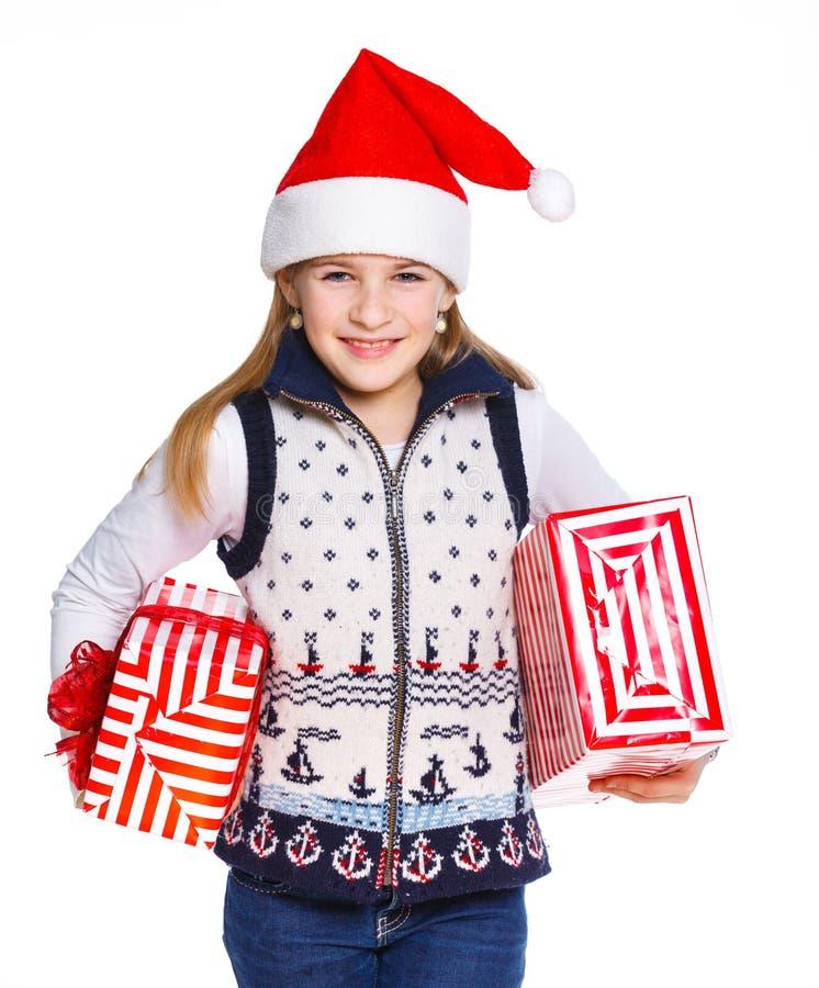 Ragazza in cappello di Santa con il contenitore di regalo immagini stock libere da diritti