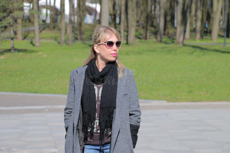 Ragazza in cappotto grigio passeggi fotografia stock