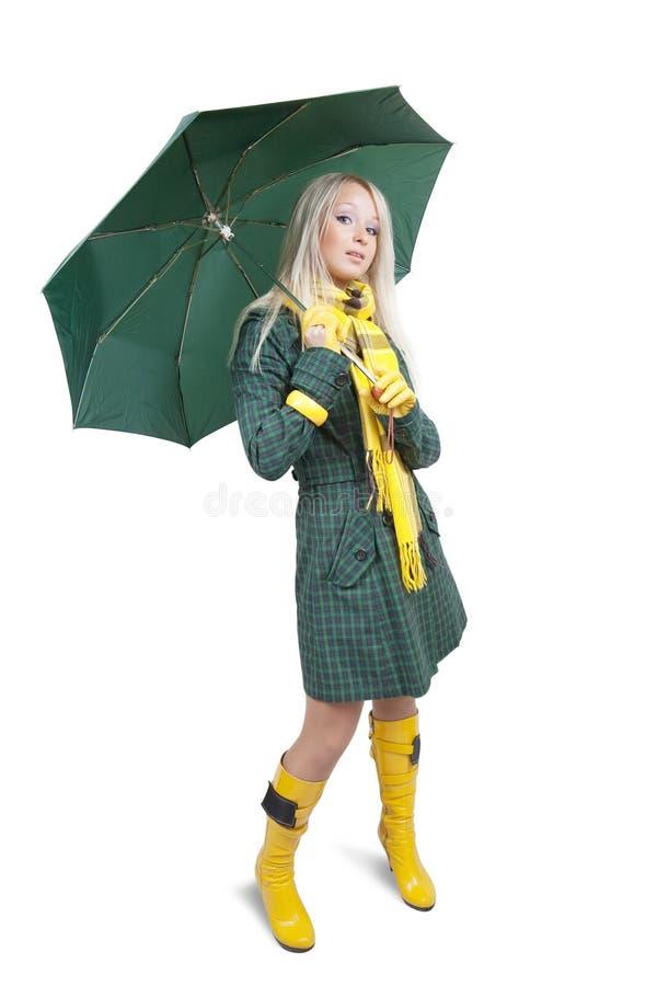 Ragazza in cappotto verde con l'ombrello fotografia stock libera da diritti
