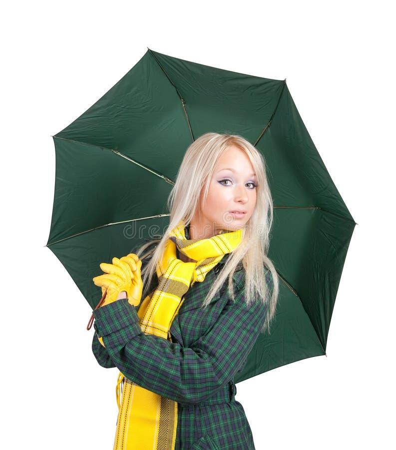 Ragazza in cappotto verde con l'ombrello sopra bianco fotografie stock libere da diritti