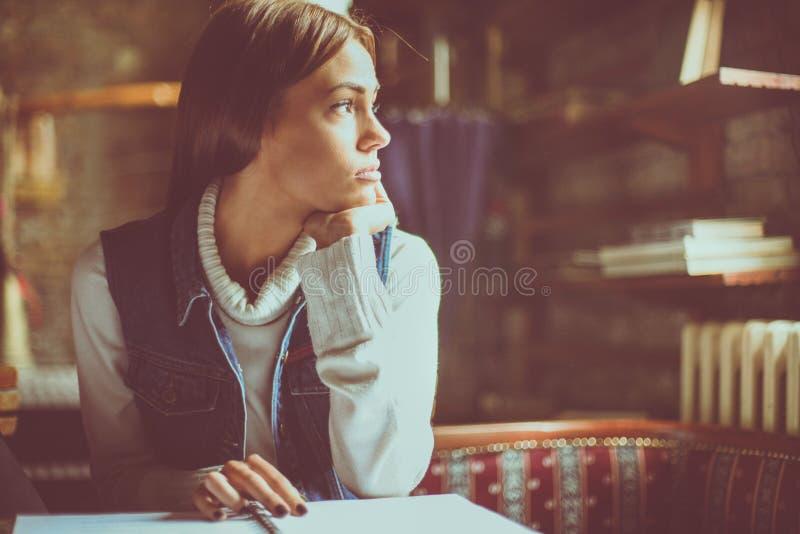 Ragazza a casa stanca di apprendimento e di distogliere lo sguardo immagini stock