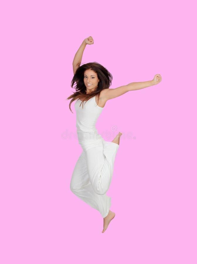 Ragazza castana attraente vestita nel salto bianco fotografia stock