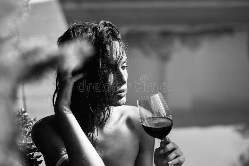 Ragazza castana che beve vino rosso immagine stock libera da diritti