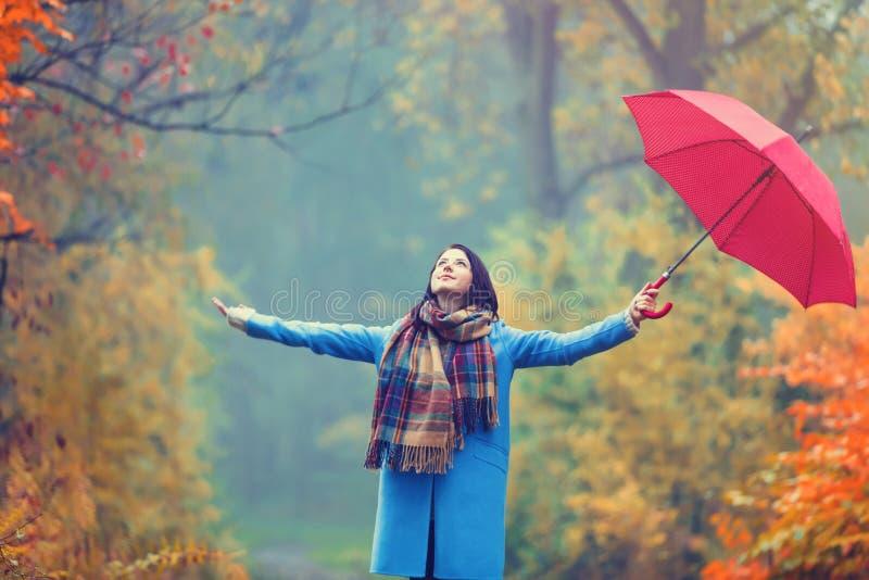 Ragazza castana con l'ombrello fotografie stock