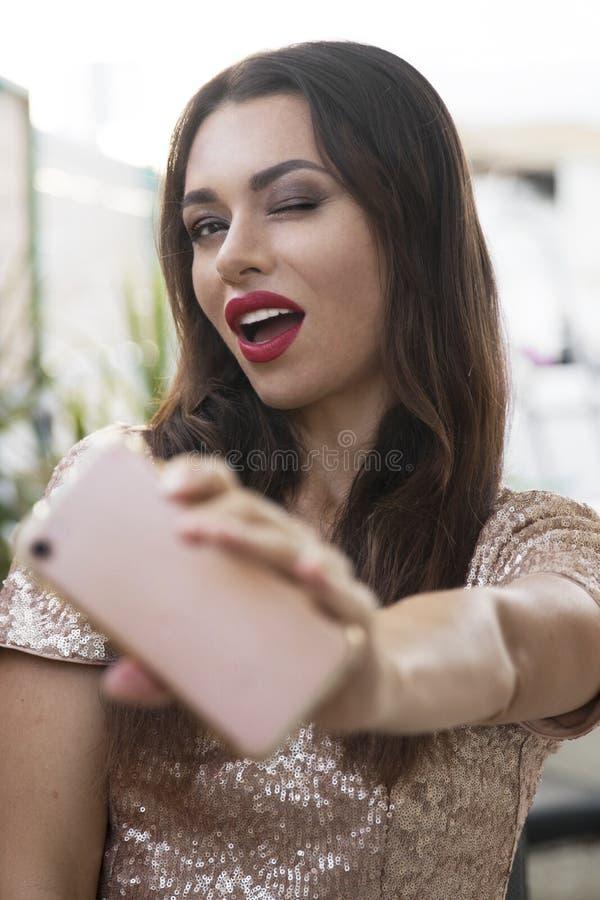 Ragazza castana con un ampio sorriso ed i denti bianchi fotografia stock libera da diritti
