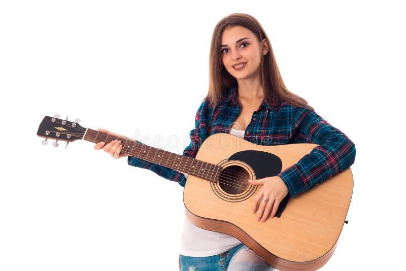 Ragazza castana felice che gioca chitarra fotografia stock