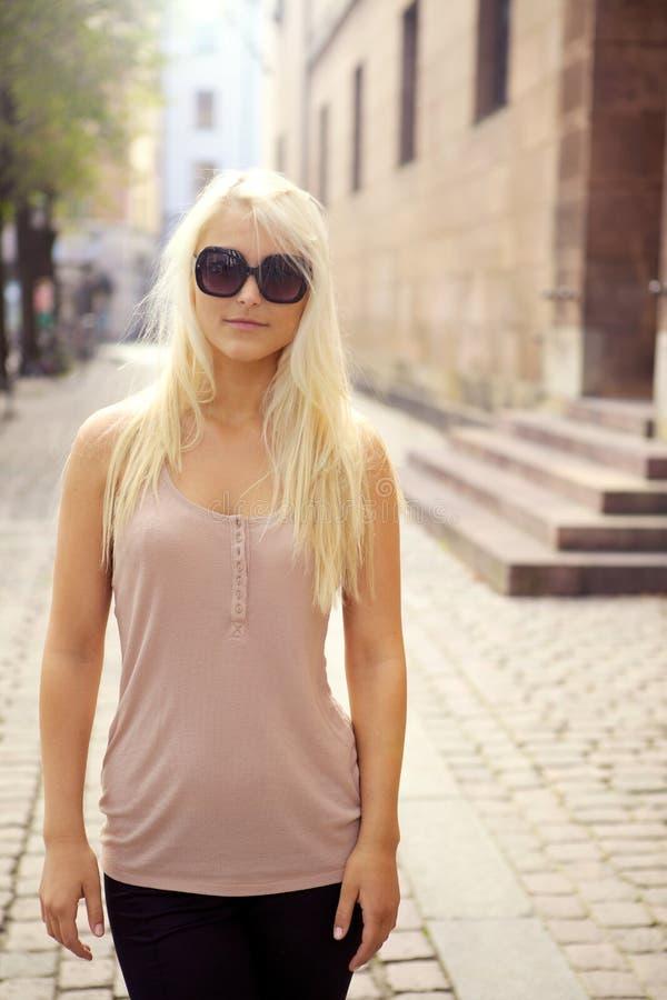 Ragazza casuale della città in occhiali da sole immagini stock libere da diritti