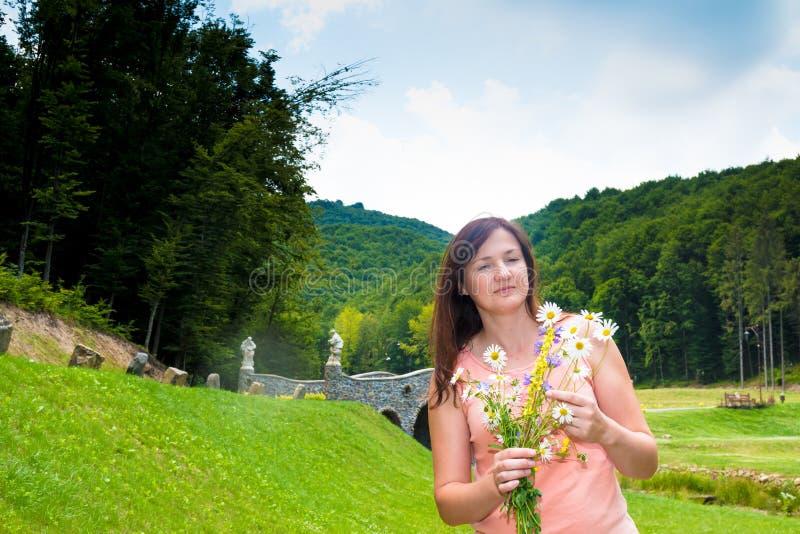 Ragazza caucasica abbastanza felice nel sorridere soleggiato del parco immagine stock libera da diritti