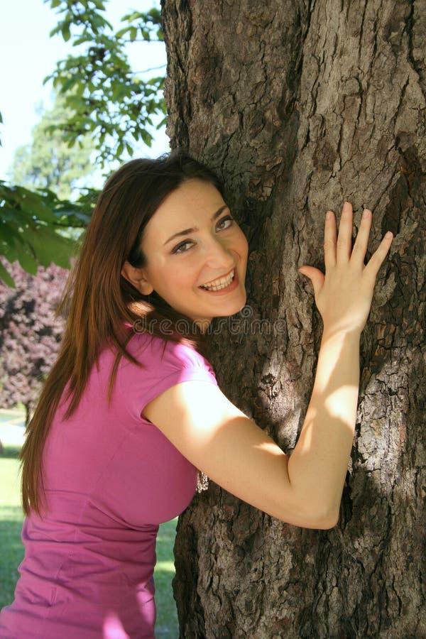 Ragazza che abbraccia albero fotografia stock libera da diritti