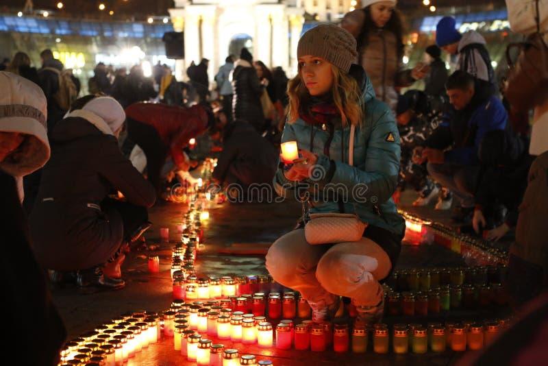 Ragazza che accende una candela in Kyiv fotografia stock