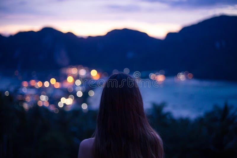 Ragazza che ammira la vista di notte fotografia stock