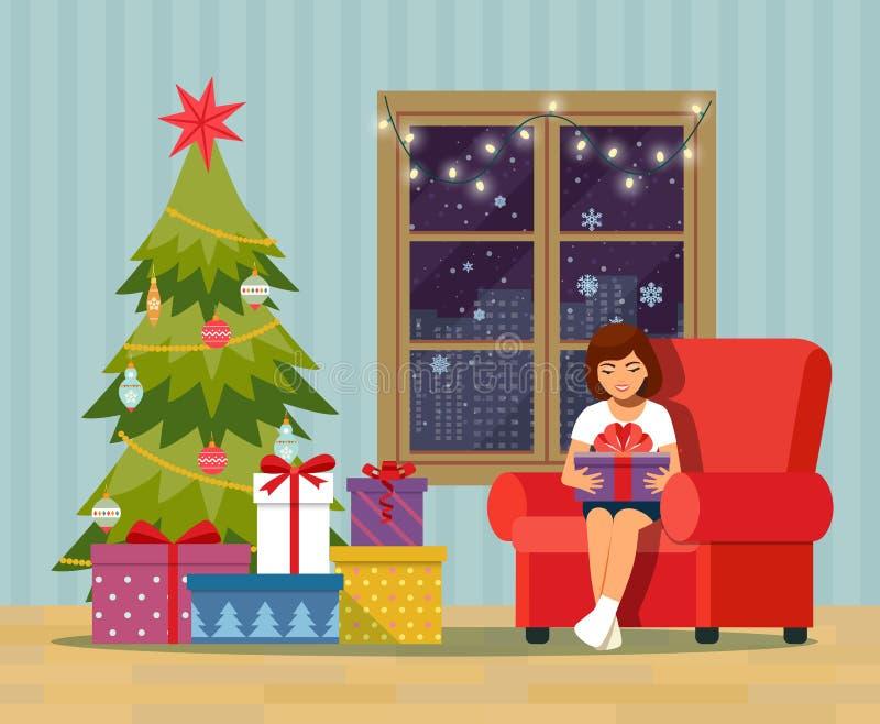 Ragazza che apre un regalo a casa nel salone Interno della stanza di Natale con l'albero di Natale, il sofà, i regali e la decora royalty illustrazione gratis