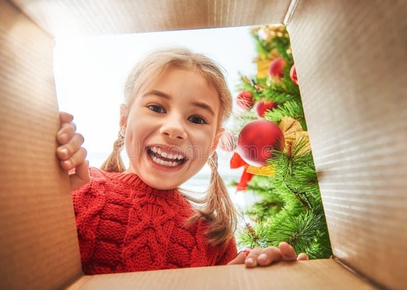 Ragazza che apre un regalo di Natale fotografia stock libera da diritti