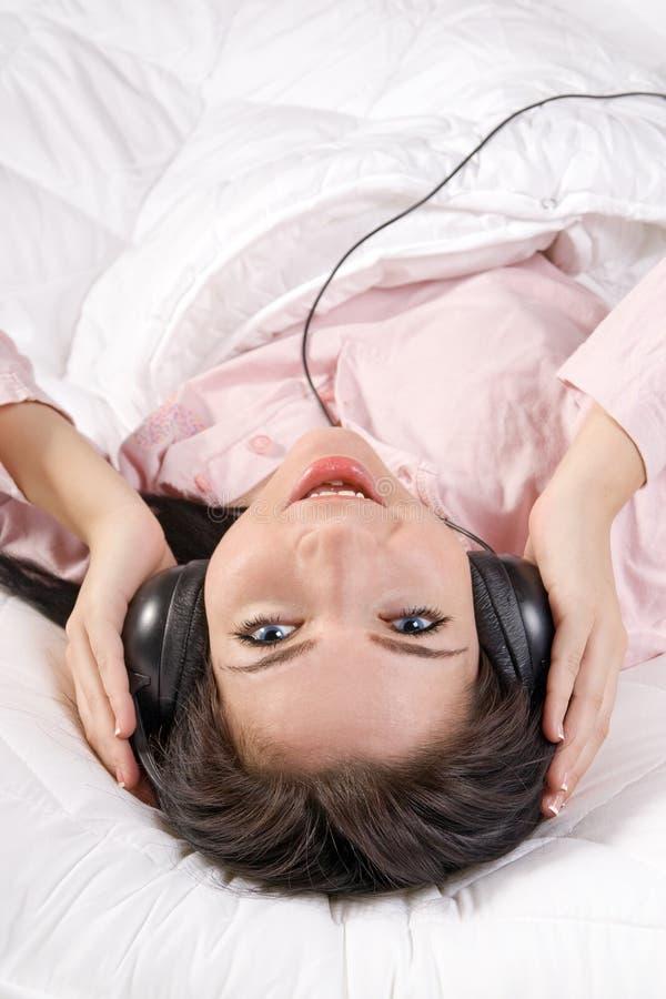 Ragazza che ascolta la musica fotografie stock libere da diritti