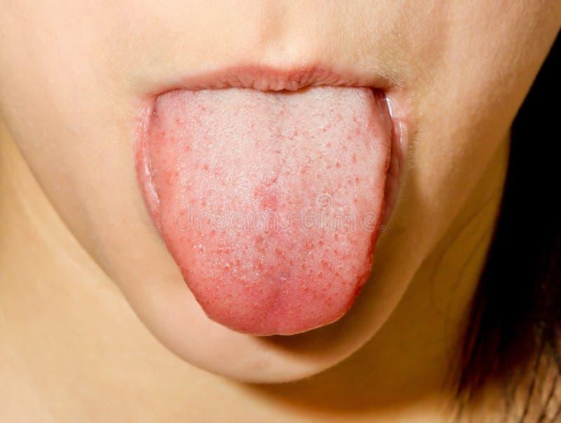 Ragazza che attacca lingua fuori fotografia stock