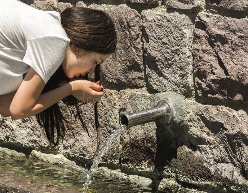 Ragazza che beve vecchia acqua immagine stock libera da diritti