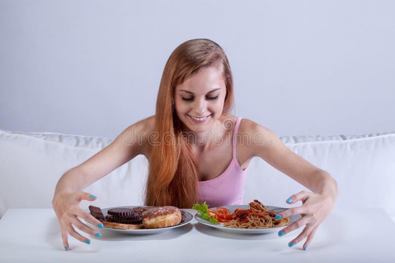 Ragazza che binging sui lotti di alimento immagini stock libere da diritti