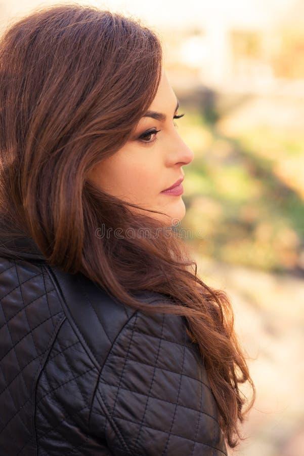 Ragazza che cammina nel parco di autunno fotografia stock libera da diritti