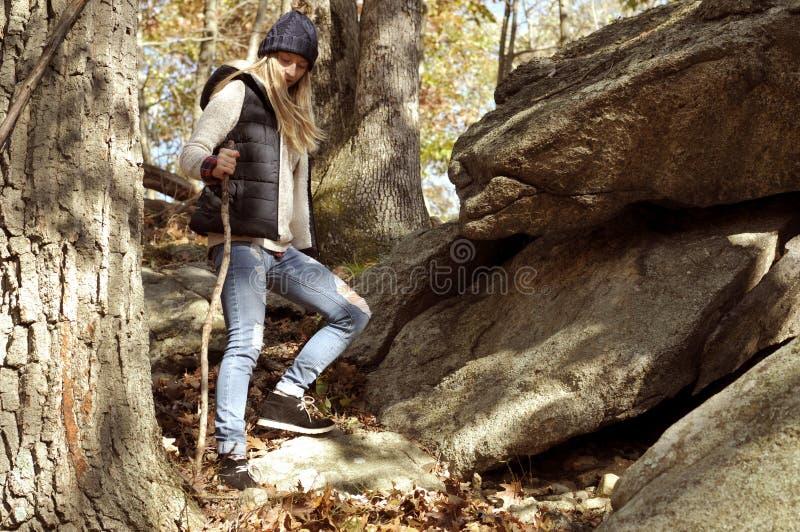 Ragazza che cammina nella foresta di autunno nelle montagne Escursione e viaggiare immagine stock