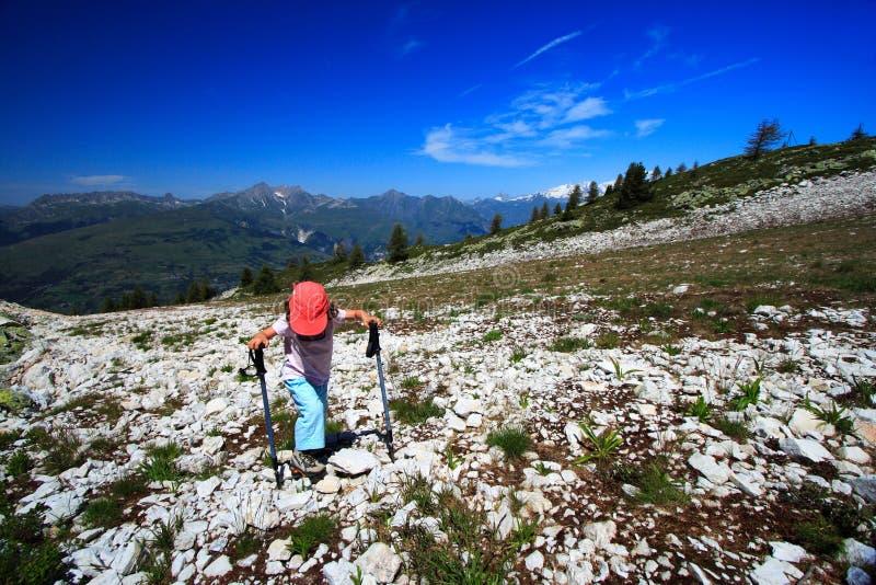 Ragazza che cammina nelle alpi fotografia stock