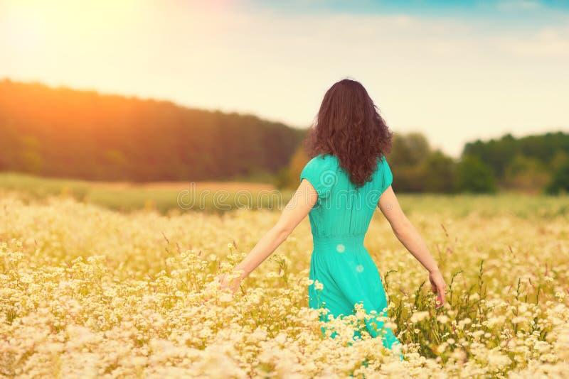 Ragazza che cammina sul giacimento del grano saraceno fotografia stock libera da diritti
