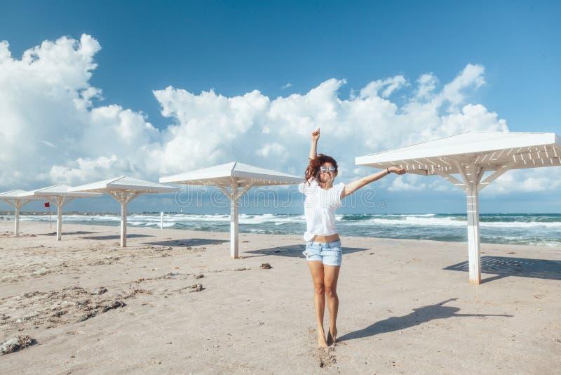 Ragazza che cammina sulla spiaggia immagini stock libere da diritti