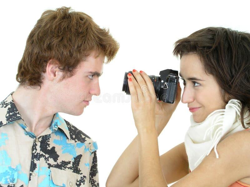 Ragazza che cattura una foto del ragazzo fotografia stock libera da diritti