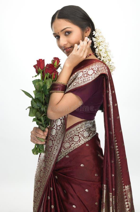 Ragazza che comunica sopra le rose mobili di colore rosso della holding fotografie stock libere da diritti