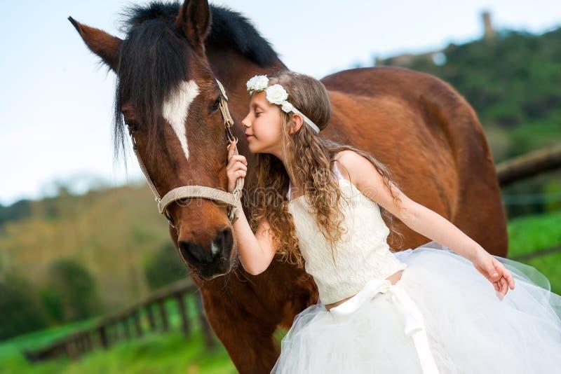 Ragazza che dà a cavallo un bacio fotografia stock libera da diritti