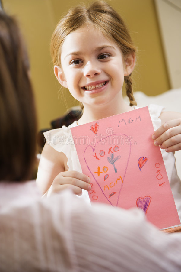 Ragazza che dà a mamma un'illustrazione. fotografie stock