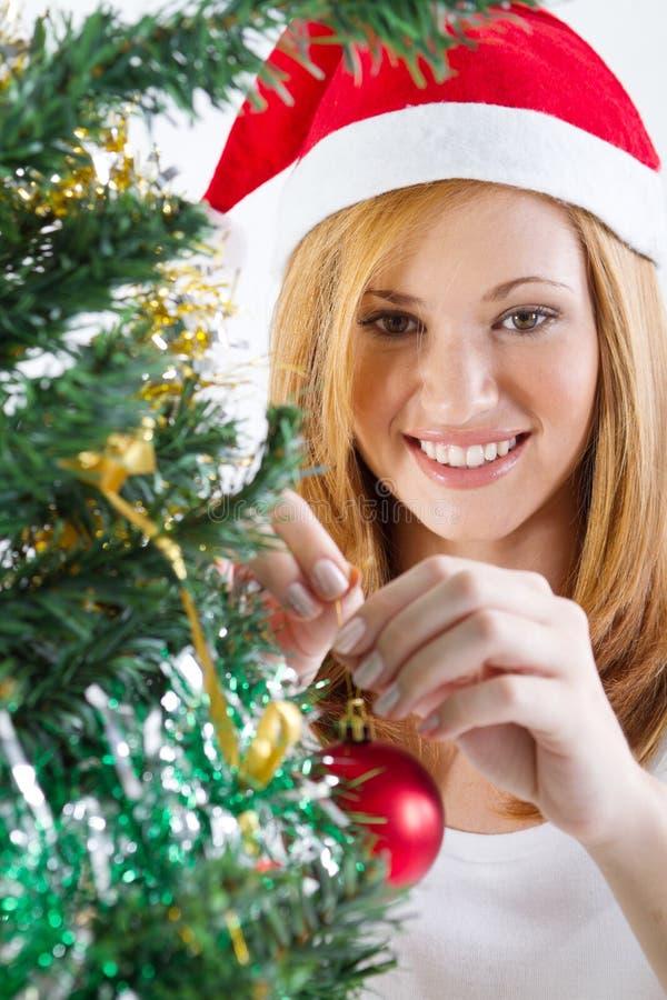 Ragazza che decora l'albero di Natale fotografie stock
